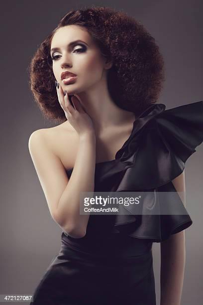 schöne frau mit luxuriösen schwarzen kleid - haute couture stock-fotos und bilder