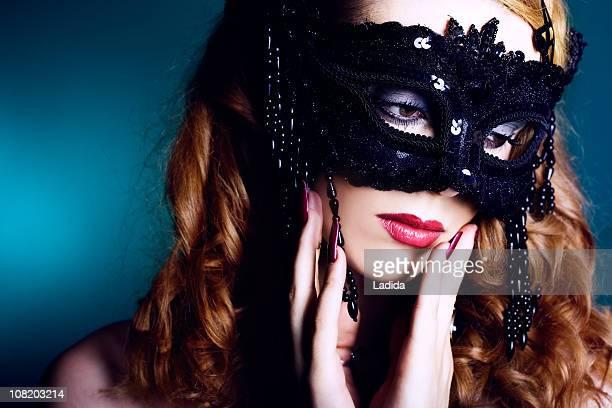 Mulher bonita vestindo Máscara de Baile