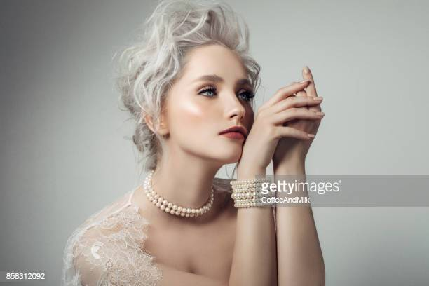 beautiful woman wearing pearls necklace - pearl jewelry stock pictures, royalty-free photos & images