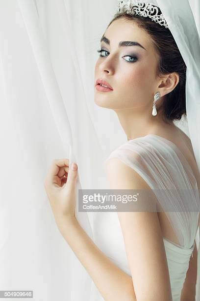 Belle femme portant robe de mariée