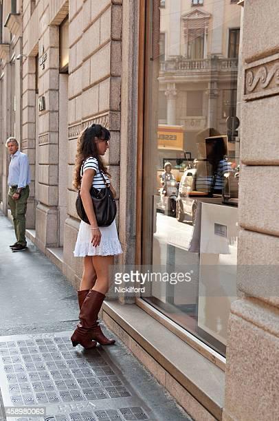 Mulher bonita de janela de Compras