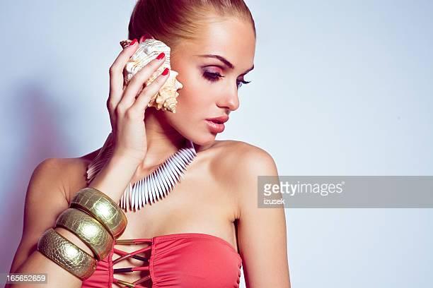 Schöne Frau mit einem seashall