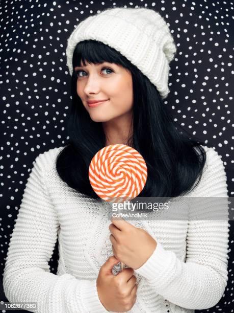 schöne frau mit großen lollipop - aktmodell frau stock-fotos und bilder
