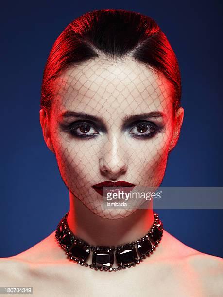Mujer hermosa con maquillaje brillante y collar