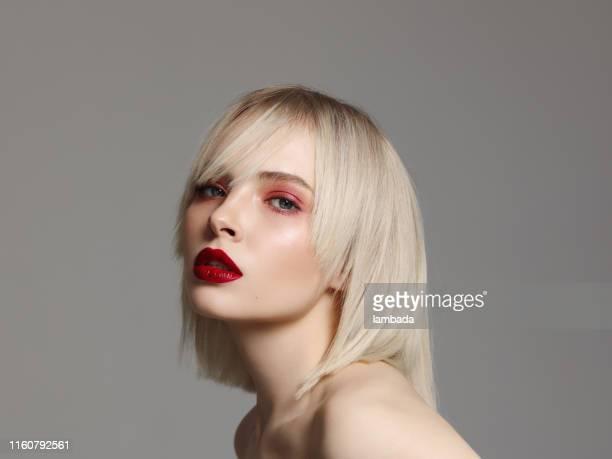 mulher bonita com make-up brilhante - franja estilo de cabelo - fotografias e filmes do acervo