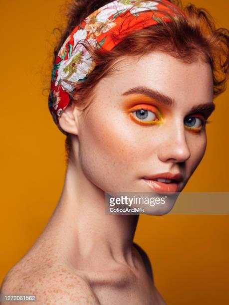 明るいメイクで美しい女性 - アイメイク ストックフォトと画像