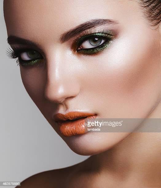 美しい女性、明るいメイクアップ