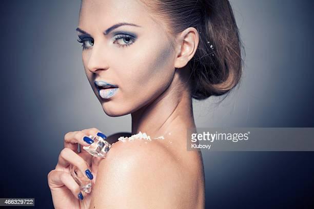 Schöne Frau mit einem kalten-make-up