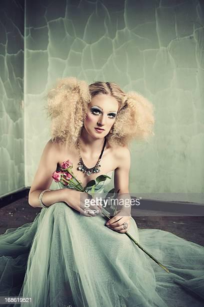 Schöne Frau mit kreativen Stil