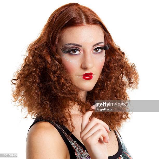 Belle femme avec des cheveux bouclés