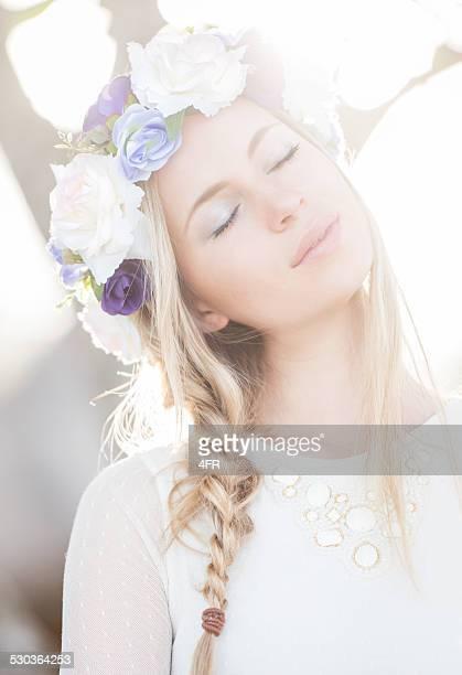 mulher bonita com flores no cabelo aproveitar o sol - coroa enfeite para cabeça - fotografias e filmes do acervo
