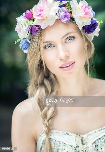 mulher bonita com flores no cabelo - coroa enfeite para cabeça - fotografias e filmes do acervo