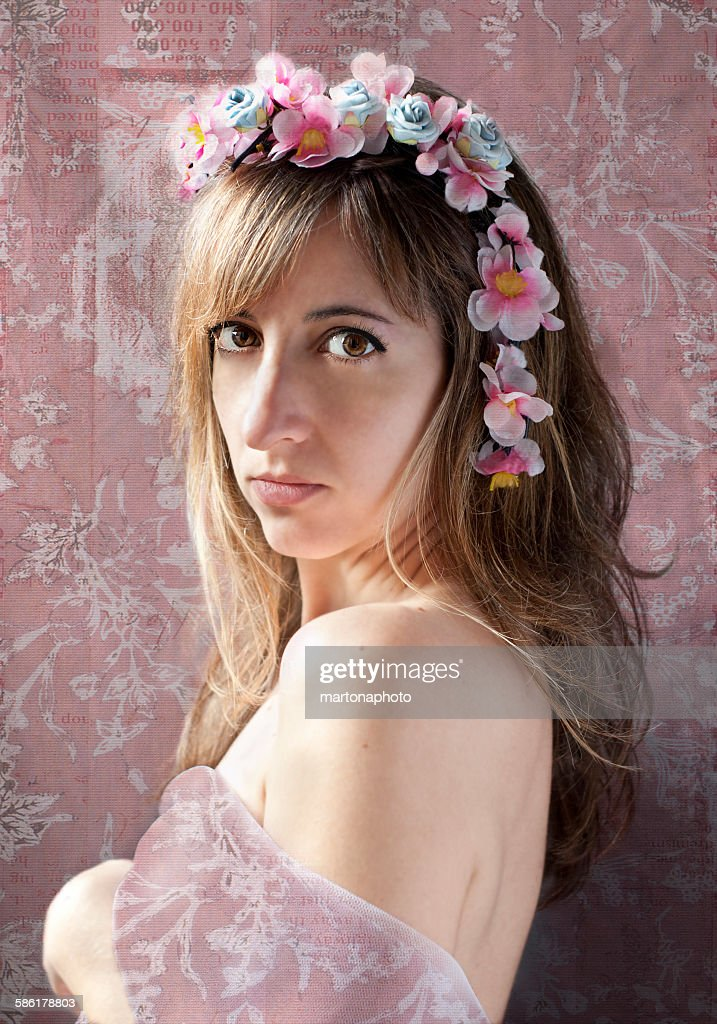 Beautiful woman with flowers on head : Foto de stock