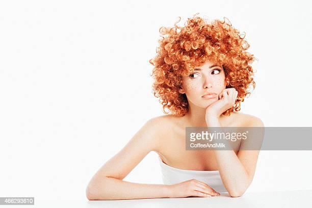 Schöne Frau mit lockiges Haar Sommersprossen und rot