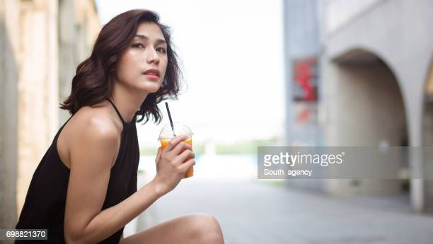 美しい女性、ジュース