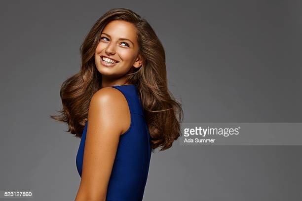 beautiful woman with long brown hair smiling - brown hair photos et images de collection