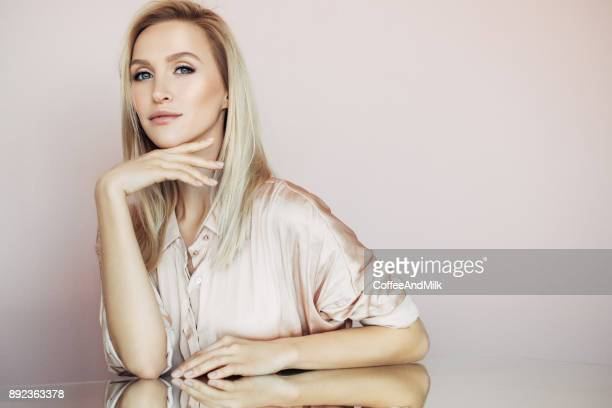 Schöne Frau mit langen geraden Haaren