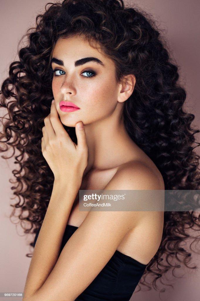 Schöne Frau mit üppigen Frisur : Stock-Foto