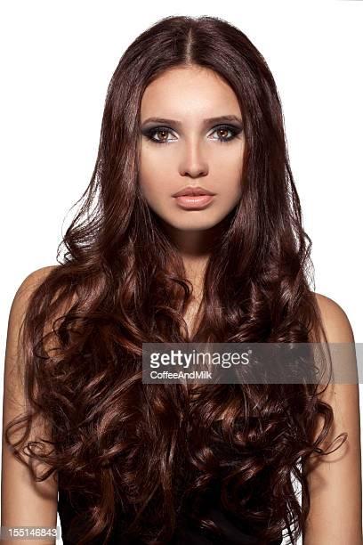 Belle femme avec les cheveux de luxe