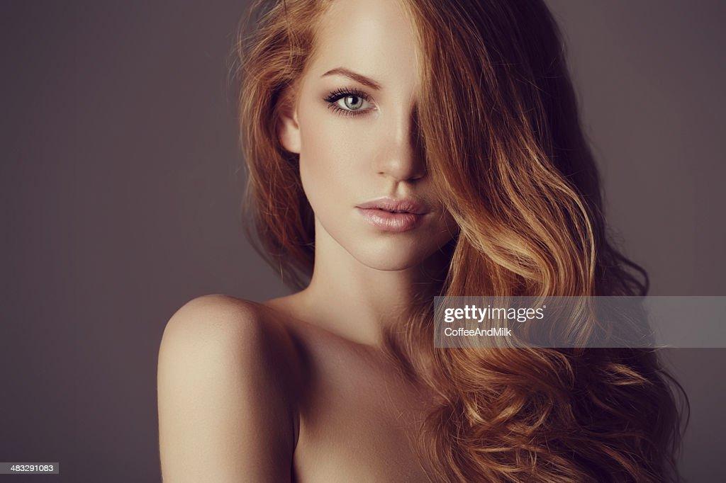 Bella donna con i capelli di lusso : Foto stock