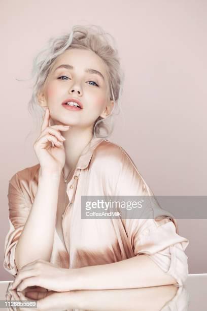 schöne frau mit make-up und stilvolle frisur - abendkleid stock-fotos und bilder