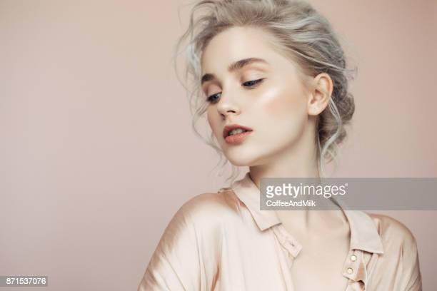 Schöne Frau mit make-up und stilvolle Frisur