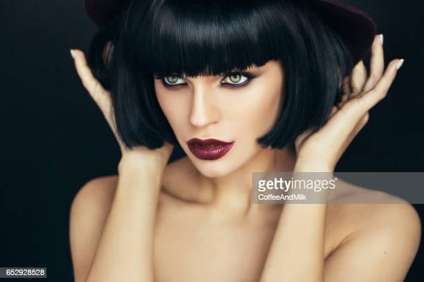bella mujer con maquillaje  - corte de pelo por encima de los hombros fotografías e imágenes de stock