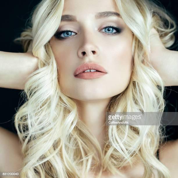 schöne frau mit make-up  - blondes haar stock-fotos und bilder