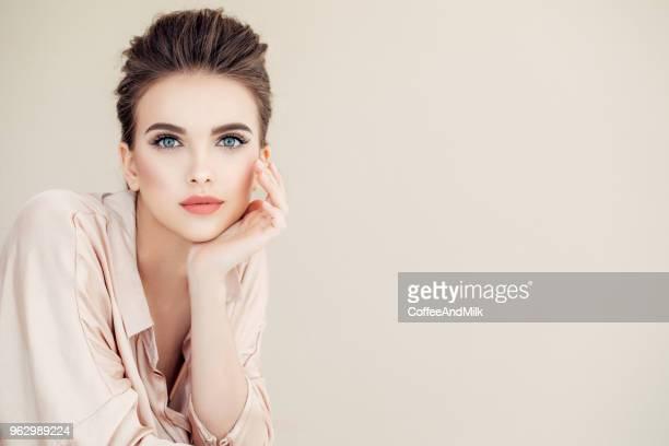 schöne frau mit make-up  - kosmetische behandlung stock-fotos und bilder