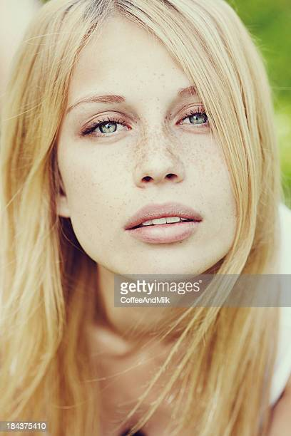 beautiful woman with natural beauty - zuiverheid stockfoto's en -beelden