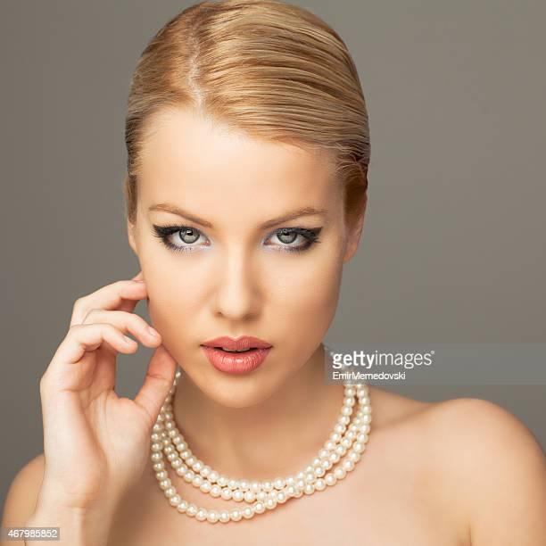 Belle femme avec perles