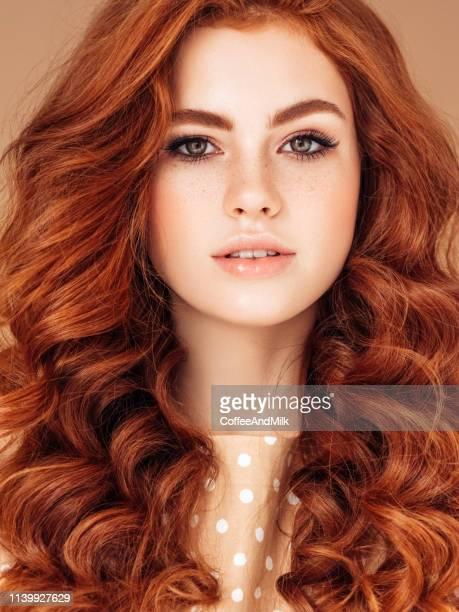 mulher bonita com cabelos perfeitos - cabelo pintado de vermelho - fotografias e filmes do acervo