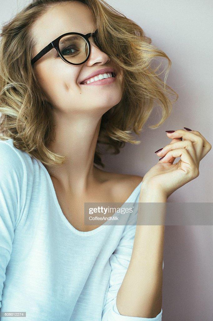 Belle femme avec un sourire parfait