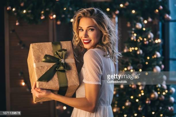 mooie vrouw met heden - versierde jurk stockfoto's en -beelden
