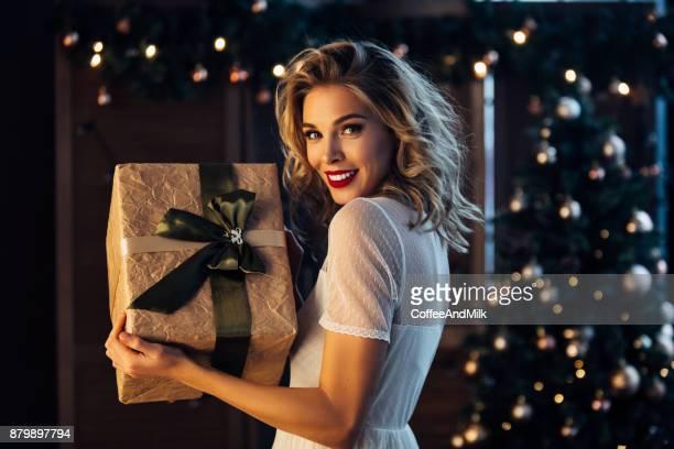 Schöne Frau mit Geschenk