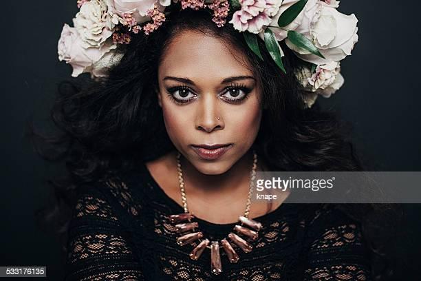 linda mulher bonita com flor wreath - coroa enfeite para cabeça - fotografias e filmes do acervo