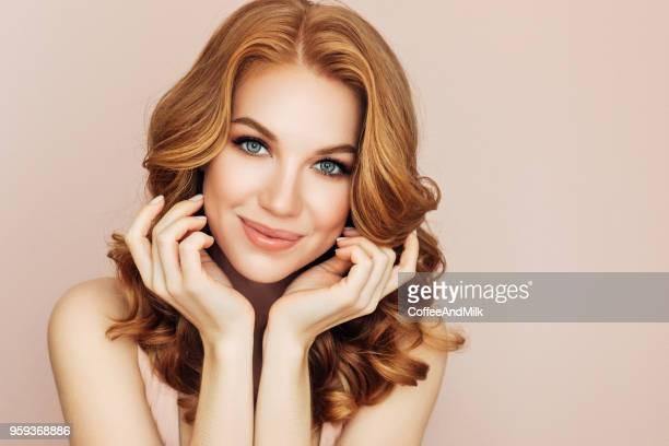 mulher bonita com cabelo vermelho - cabelo ruivo - fotografias e filmes do acervo