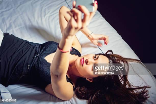 Schöne Frau mit Beziehung Schwierigkeiten nimmt selfie