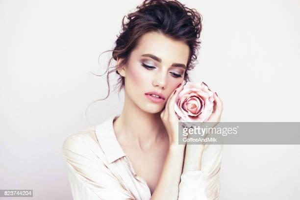 schöne frau mit rose - attraktive frau stock-fotos und bilder