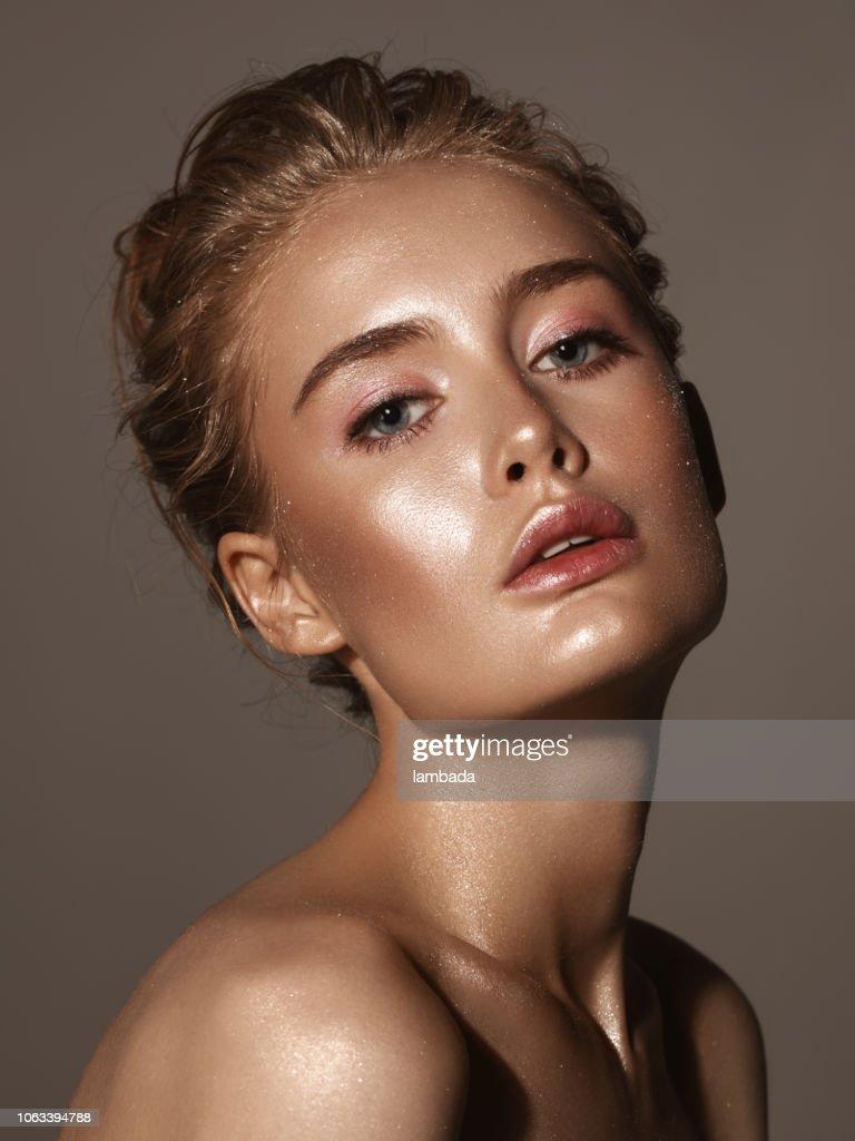 Schöne Frau mit glänzenden make-up : Stock-Foto