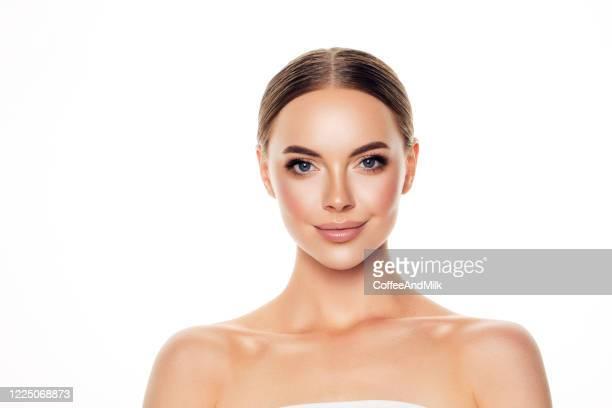 schöne frau mit weichem make-up - attraktive frau stock-fotos und bilder