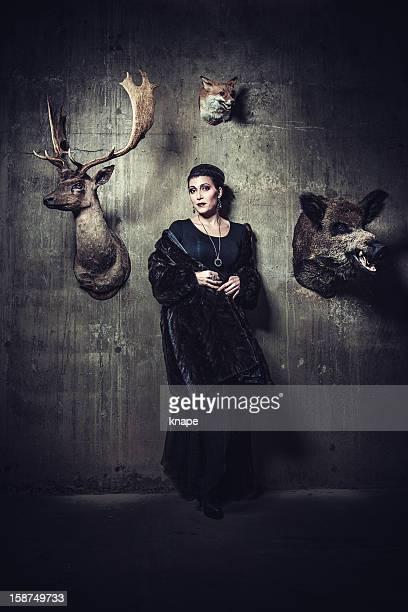 Schöne Frau mit gefüllter Tiere