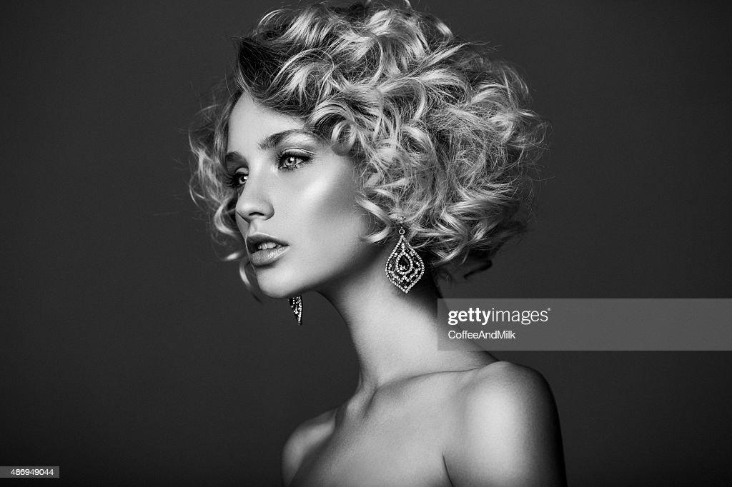 Mulher bonita com penteado elegante : Foto de stock