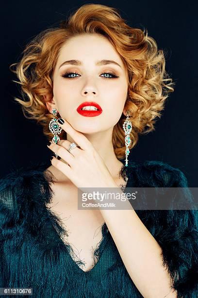 mulher bonita com penteado elegante - brinco - fotografias e filmes do acervo
