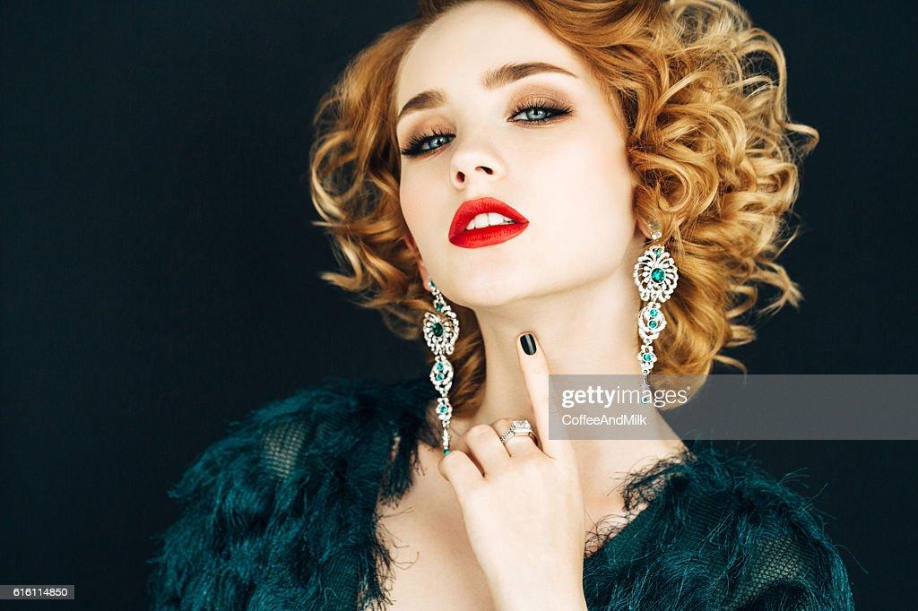 Belle Femme Avec Une Coiffure Elegante Photo Getty Images