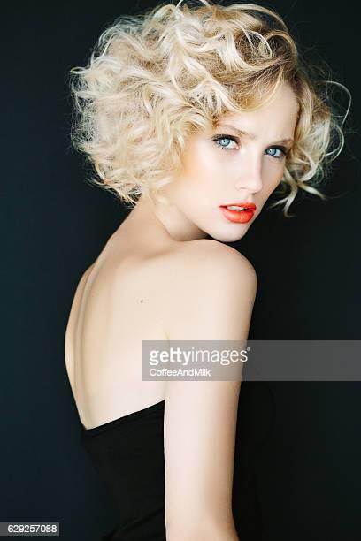 bella mujer con peinado elegante - corte de pelo por encima de los hombros fotografías e imágenes de stock