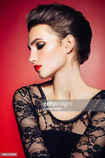 Belle femme avec une coiffure élégante