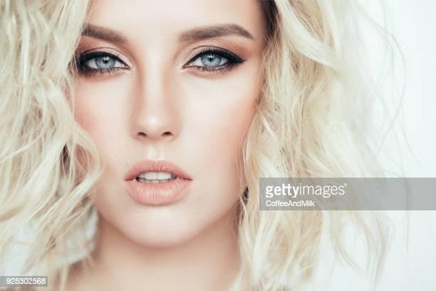 belle femme avec une coiffure élégante - mannequin blonde photos et images de collection