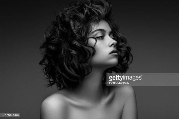 mulher bonita com penteado elegante - preto e branco - fotografias e filmes do acervo