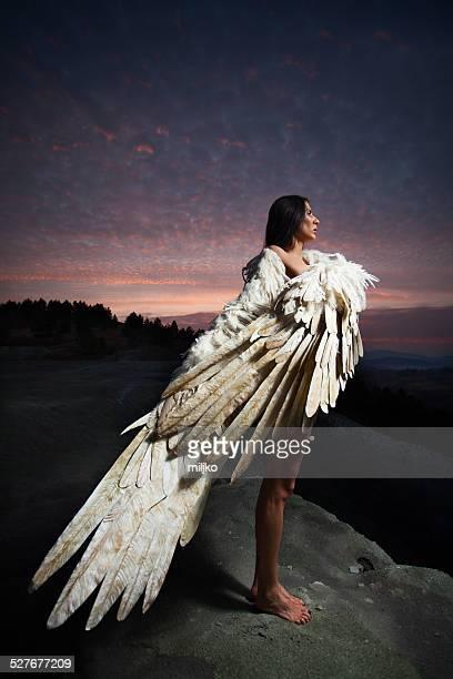 Belle femme avec des ailes de poulet